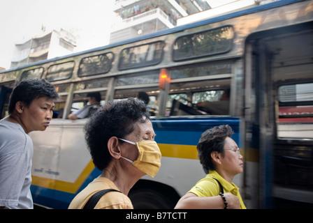 Femme portant un masque contre le trafic aérien dans le district de Chinatown à Bangkok, Thaïlande centrale - Image