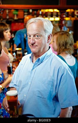 Homme plus âgé tenant un verre de bière - Image
