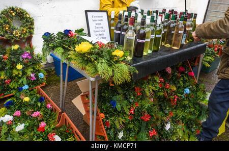 Un étal de marché vendant des vins faits maison et des couronnes de Noël à Rode Hall, Cheshire, Royaume-Uni. - Image de l'éditeur