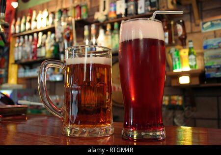 Chope et un verre de bière au bar - Image