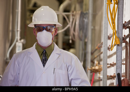 Ingénieur portant un masque de pollution dans une usine de produits chimiques - Image