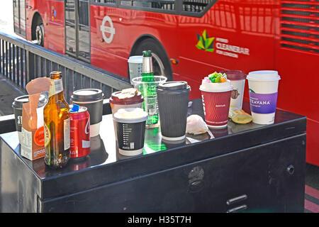 Utilisé des contenants de café et de café vides pause déjeuner sur le dessus de l'armoire de bord de la route (pas une poubelle) sur le pont de Londres - Image