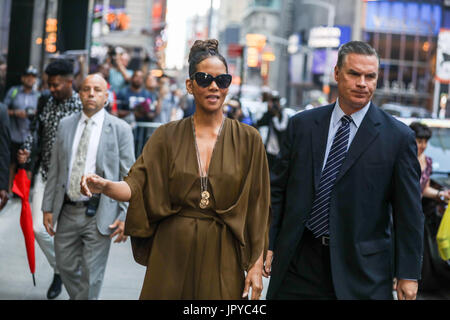New York, USA. 3rd Aug, 2017. American actress Halle Berry is seen arriving on a television program in the Times Square area of New York this Thursday, 03. Credit: Brazil Photo Press/Alamy Live News - Stock Image