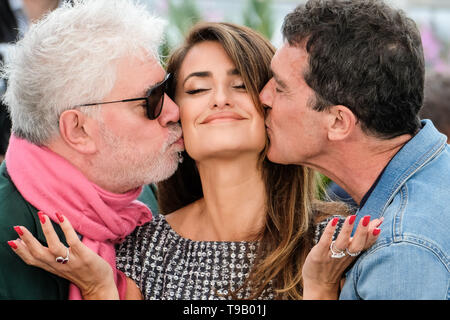 Cannes, France. 18th May, 2019. Pedro Almodovar, Penelope Cruz and Antonio Banderas poses at a photocall for Pain and Glory (Dolor y gloria ) on Saturday 18 May 2019 at the 72nd Festival de Cannes, Palais des Festivals, Cannes. Pictured: Penelope Cruz, Penélope Cruz, Antonio Banderas, Pedro Almodovar, Pedro Almodóvar. Picture by Credit: Julie Edwards/Alamy Live News - Stock Image