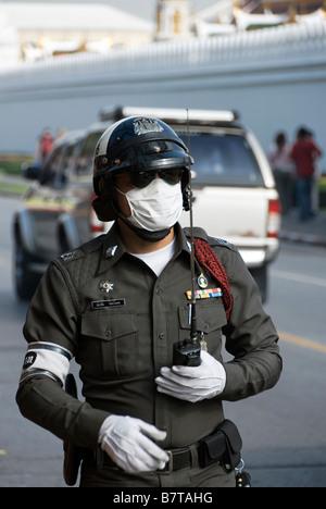 Agent de contrôle de la circulation de la police avec masque contre la pollution district de Pathumwan au centre de Bangkok en Thaïlande - Image