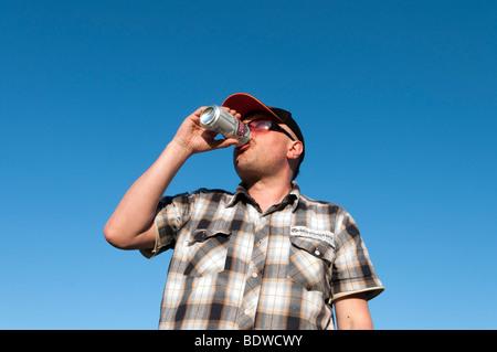 Homme buvant de la lager d'une canette, Angleterre, Royaume-Uni - Image