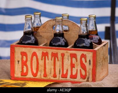 Six bouteilles de bière dans une caisse de bière de style ancien. Photo par Jim Holden. - Image de l'éditeur