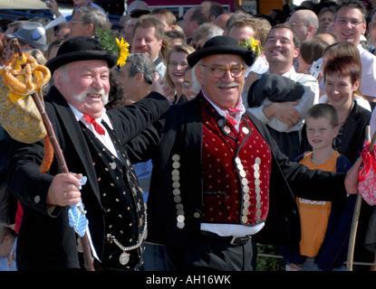 Deux hommes bavarois en costume traditionnel dansant pendant le défilé de Munich Oktoberfest, Allemagne - Image