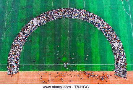 Hefei, China. 13th May, 2019. 2300 teachers and students shot a super huge graduation photo in Hefei, Anhui, China on 13 May, 2019.(Photo by TPG/cnsphotos) Credit: TopPhoto/Alamy Live News - Stock Image