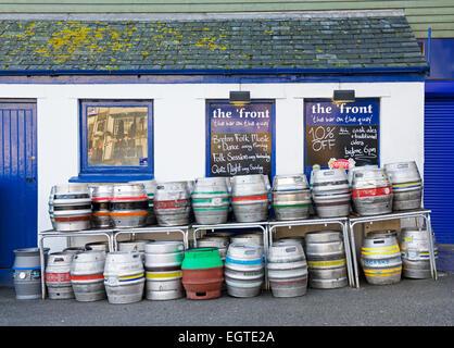 Fûts de bière vides à l'extérieur du pub à Falmouth, Cornouailles, Angleterre Uk - Image