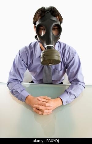 Homme d'affaires, assis dans la salle blanche avec masque à gaz - Image