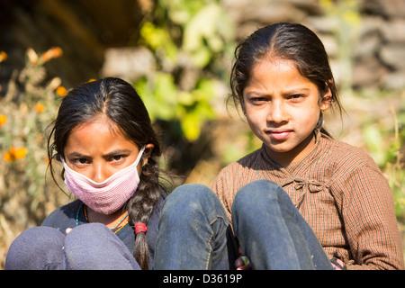 Jeunes enfants népalais dans l'Himalaya. - Image de l'éditeur