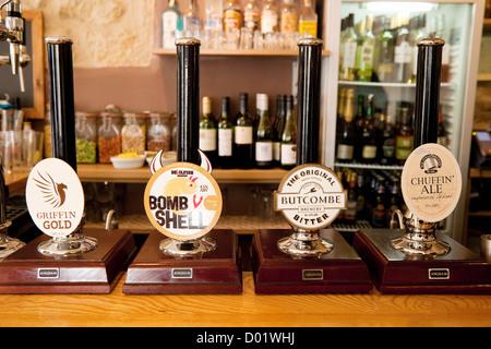 Pompes de bière véritable bière pompes sur un bar dans le Griffin Inn, Bath Somerset en Angleterre - Image