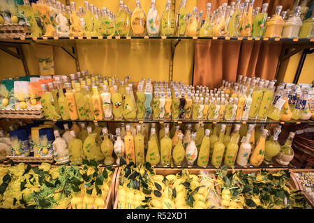 Sorrente, Italie - 12 juin 2017: Bouteilles de limoncello et de citron produits connexes dans une boutique de souvenirs à Sorrente en Italie - Image