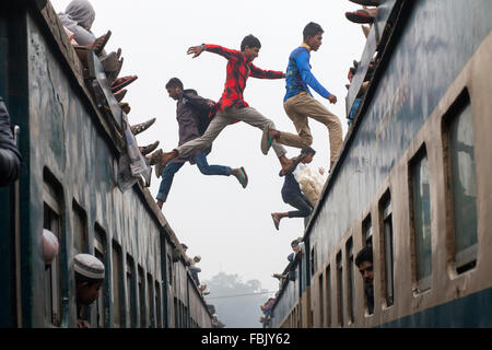 DHAKA, BANGLADESH 10th January 2016: People jumping over crowded train they attend the Akheri Munajat concluding - Stock Image