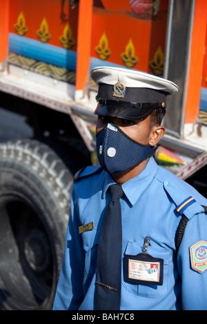 Police de rue avec masque pour la pollution. Kathmandu Népal Asie Vertical 92811_Nepal - Image