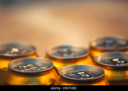 Des canettes de bière sur une table en bois rustique, mise au point sélective avec espace de copie - Image