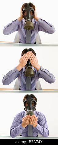 Homme d'affaires assis portant un masque à gaz tenant ses mains sur sa bouche yeux yeux - Image