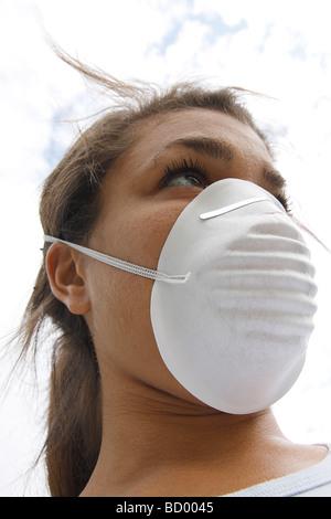 jeune femme portant un masque filtre facial protecteur - Image