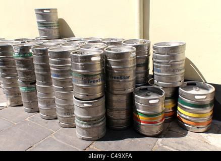 ROYAUME-UNI. Barrettes de bière à l'extérieur d'un pub à manchester - Image