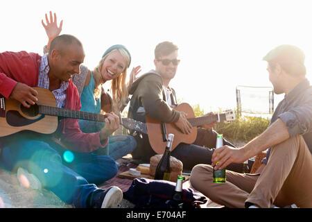 Quatre amis adultes, faire la fête sur la plage de Bournemouth, Dorset, Royaume-Uni - Image