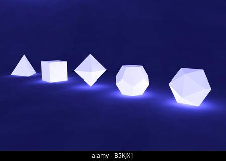 Les cinq solides platoniques alignés dans une rangée. (Rendu 3D). - image d'archive