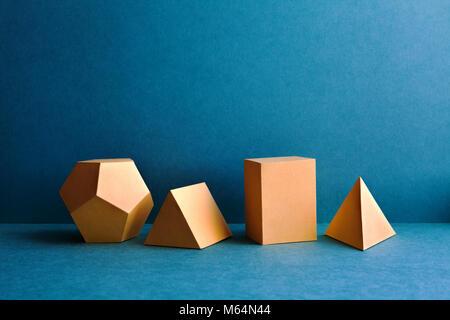 Figures géométriques abstraites. Objets rectangulaires de cube tétraèdre pyramide de dodécaèdre en trois dimensions sur bleu - Image Image  t
