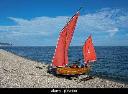 gréant des bateaux (luggers) sur la plage. Bière, Devon, Angleterre, Royaume-Uni - Image
