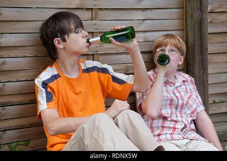 Deux adolescents sous l'âge de boire de la bière, pose de scène - Image