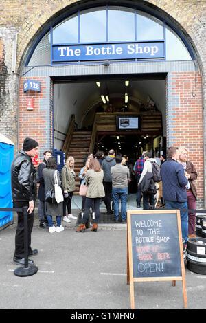 Personnes à l'extérieur de la sortie de bière artisanale «The Bottle Shop» dans Druid Street près du marché de Maltby Street, Ropewalk - Image