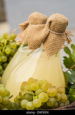 Bouteilles et raisins dans un panier, gros plan - Image