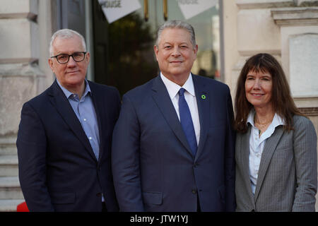 London, UK. 10th August, 2017. David Linda and Diane Weyermann, the producers of An Inconvenient Sequel Truth To Power, with Al Gore (centre) before the screening of the UK premiere of the film at Somerset House in London. Photo date: Thursday, August 10, 2017. Photo credit should read: Roger Garfield/Alamy Live News - Stock Image