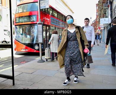 Femme japonaise portant un masque au centre de Londres, Angleterre, Royaume-Uni. - Image de l'éditeur