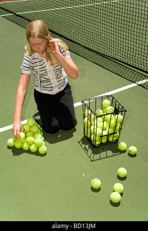 Les filles de 6e année construisent une pyramide de boules pour former un tétraèdre. MR - image d'archive