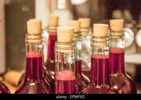 Jus de fruits fait maison, en bouteilles, sur table - Image