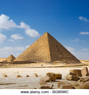 A man on camelback is dwarfed by the Pyramid of Menkaure, Giza Pyramids, Cairo, Egypt. - Stock Image