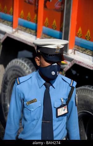 Police de rue avec masque pour la pollution. Kathmandu Népal Asie Vertical 92809_Nepal - Image