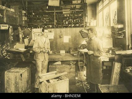 1920 photo of the mechanic's garage in the Linscott Motor Company, 690 Commonwealth Avenue, Boston, Massachusetts. - Stock Image