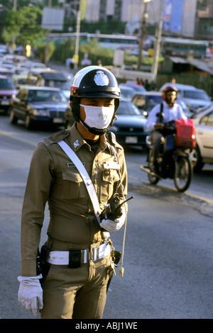 Agent de la circulation avec masque, Bangkok, Thaïlande - Image