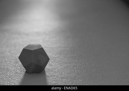 Un dodécaèdre ordinaire - une figure solide à 12 visages - en pentagones ordinaires - l'un des platoniciens - Image