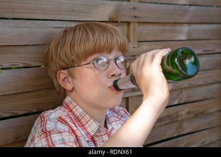 Adolescent mineur, boire de la bière, scène posée - Image