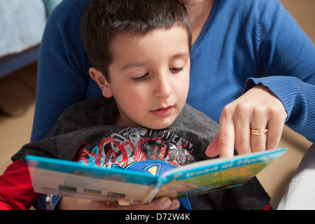 Mother teaches child to read - Stock Image