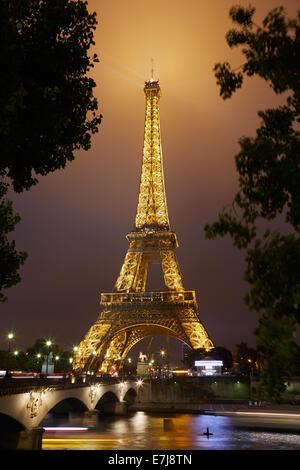 Eiffel tower in Paris at night - Stock Image