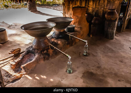Un distillateur d'artisanat dans une maison du peuple birman - Image