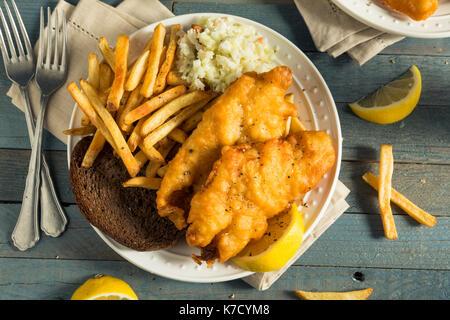 Bière de poisson battu maison bière avec salade de chou et frites - Image