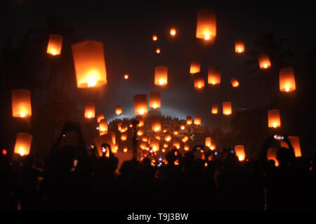 Magelang, Indonesia. 19th May, 2019. May 19, 2019 - Magelang, CENTRAL JAVA, INDONESIA - Indonesian Buddhists and tourists release skylanterns in front of the Borobudur temple during a ceremony to mark Vesak day in Magelang, Central Java, Indonesia, 19 May 2019. Vesak is the full moon day which marks the birth, enlightenment and 'parinirvana' or passing away of the Buddha. Thousands of Buddhist pilgrims celebrate the Buddist holiday of Vesak at the Borobudur temple, the biggest Buddhist temple in Indonesia. Credit: ZUMA Press, Inc./Alamy Live News - Stock Image