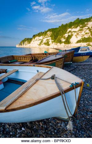 Bateaux de pêche sur la plage de Beer, East Devon. - Image de l'éditeur