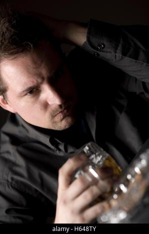 Homme frustré, buvant de la bière - Image