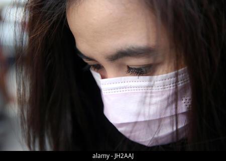 Jeune femme avec un masque de protection sur son visage. Ho Chi Minh-Ville. Vietnam. - Image de l'éditeur