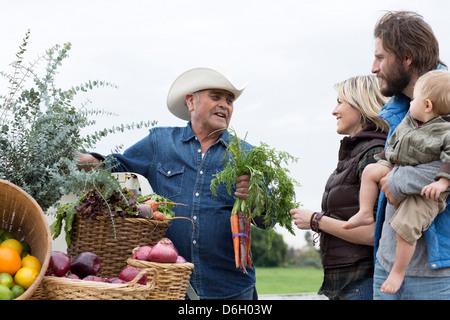 Family shopping at farmer's market - Stock Image